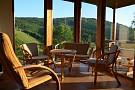 Chata Kosútka - obývacia izba - ratanové sedenie - výhľad